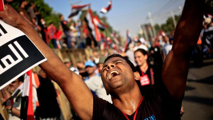 """تحطُّم آمال الربيع العربي: """"هناك حاجة لمؤسسات من أجل التغيير السياسي والاجتماعي والاقتصادي. لا يمكن إسقاط النظام ببساطة من خلال الخروج إلى الشارع ورفع الرايات. لا بد من وجود إجماع في البلد على ماهيَّة دور الحكومة والجيش والمجتمع المدني والدين""""، يقول رامي جورج خوري."""