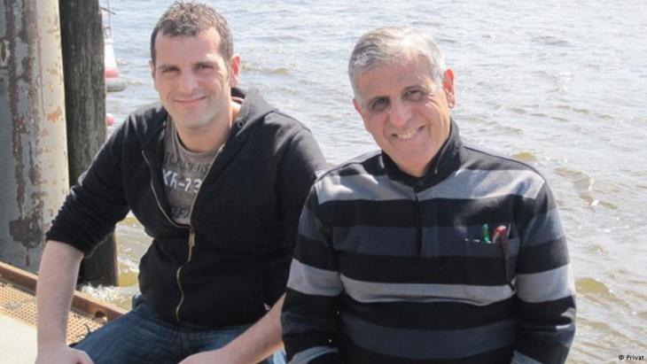الدكتور محمد غوزي مع نجله . صورة من ألبوم العائلة