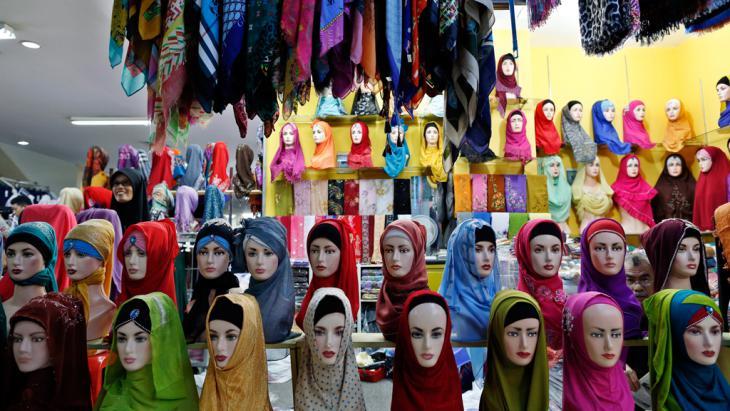معرض للحجاب في إندونيسيا - جاكرتا. (photo: dpa/Mast Irham)