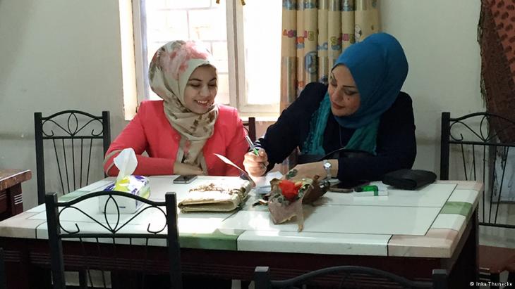 Samarkand (r.) aus Bagdad, Teilnehmerin an der Schreibwerkstatt im südirakischen Basra, Foto: Inka Thunecke/DW