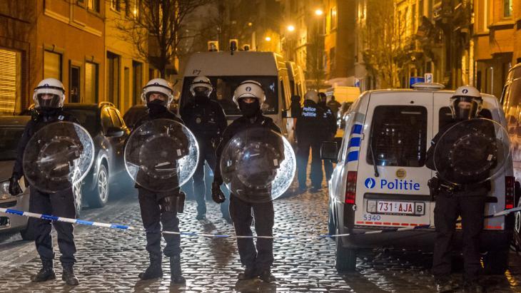 الشرطة تداهم حي مولينبيك بروكسل - بلجيكا - الجمعة 18 مارس/ آذار  2016.  (photo: AP/Geert Vanden Wijngaert)