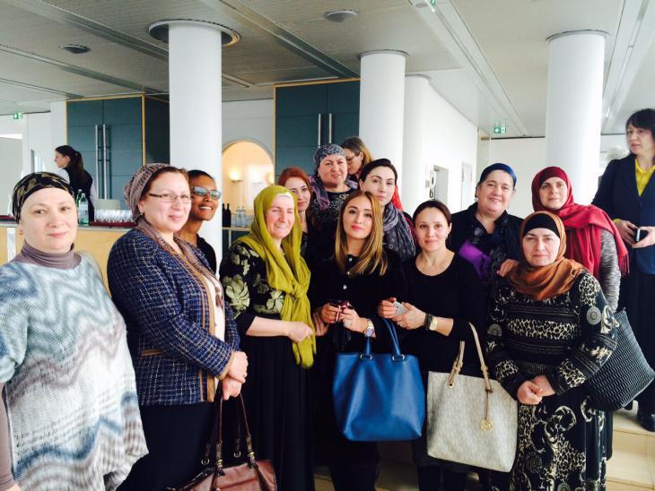 """أولى الخريجات في النمسا من برنامج """"مدارس الأمهات"""" (وهن ينتمين إلى الجالية الشيشانية) خلال تسليمهن شهاداتهن بتاريخ 08 / 03 / 2016. Foto: """"Frauen ohne Grenzen"""""""