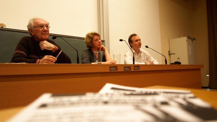 صادق جلال العظم خلال نقاش مع الباحث الألماني كارستين فيلاد