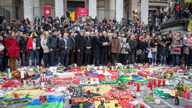 حداد على الضحايا  في حضور مع رئيس الوزراء البلجيكي غِرت بورغوا في بروكسل بعد الهجمات. Foto: picture-alliance/dpa/A. Belot