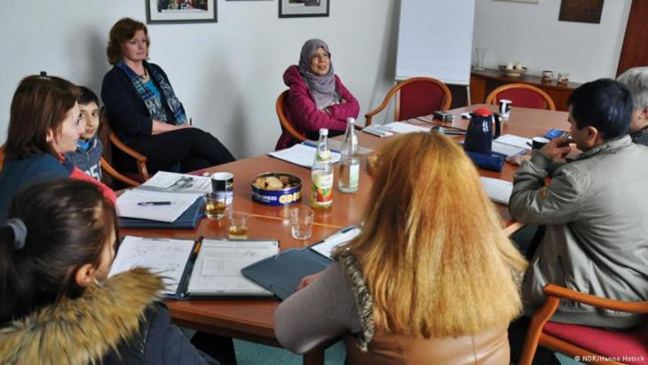 تتعلم حورية مشهور اللغة الألمانية في مستوى متقدم، وتساعد اللاجئين المبتدئين على تعلم اللغة.  NDR - Hanno Hotsch©