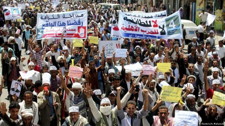 مظاهرة احتجاج  في مدينة تعز اليمنية جنوب غرب اليمن ضد الرئيس السابق صالح والحوثيين.