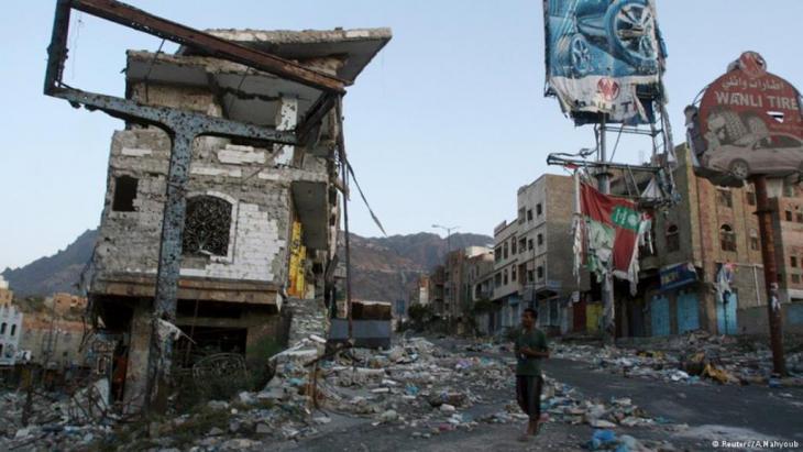 """حي """"المرور"""" في مدينة تعز جنوب غرب اليمن إحدى النقاط التي كان المسلحون التابعون للرئيس السابق صالح والمقاتلون الحوثيون القادمون من شمال البلاد يحاصرون منها المدينة قبل أن تتصدى لهم قوات محلية تُعْرَف بـ """"المقاومة الشعبية""""."""