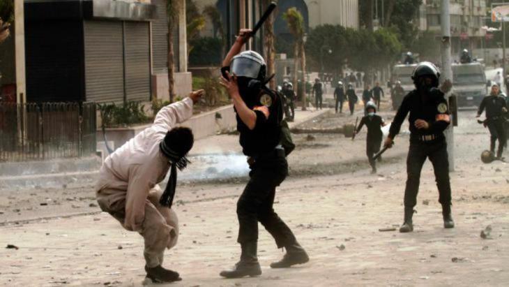 جنود مصريون يضربون احد المتظاهرين في ميدان التحرير. الصورة غيتي