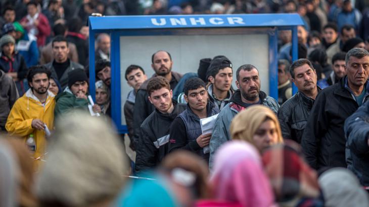لاجئون سوريون يسجلون أنفسهم في بلدة إيدوميني على الحدود اليونانية المقدونية في مارس/ آذار 2016. د ب أ. Foto: Michael Kappeler/dpa