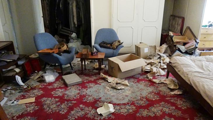آثار الخراب - عندما بلغ الإيرانيةَ برستو فروهر خبرُ تعرُّض منزل والديها للسرقة عدة مرات، سافرت هذه الفنَّانة الشجاعة من دون تردُّد إلى إيران. كان والداها سياسيين معارضين وقد تم اغتيالهما في طهران عام 1998. Foto: privat