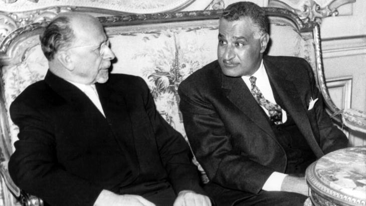 جمال عبد الناصر  وفالتر أولبريشت سياسي ألماني شيوعي عام 1965 في القاهرة. Foto: picture-alliance/dpa/Z. Nagati