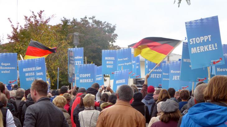 مظاهرة لأنصار اليمين الشعبوي في مدينة فرايلاسينغ جنوب شرق ألمانيا ضد المشتشارة ميركل.  Foto: DW/D. C. Heinrich