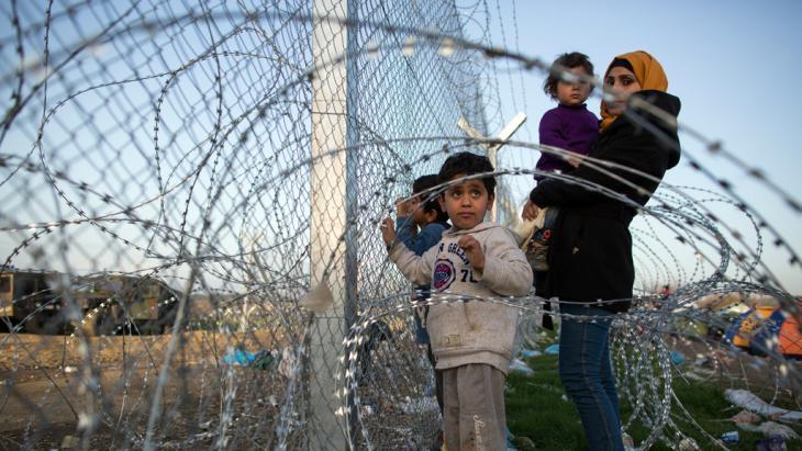 لاجئون في بلدة إيدوميني. Foto: Getty Images/D. Kitwood