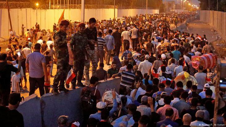 """أعلن منظمو اعتصام التيار الصدري بالمنطقة الخضراء ببغداد انسحابهم من هذه المنطقة المحصنة من """"موضع قوة""""، حسب ناطقة باسمهم"""