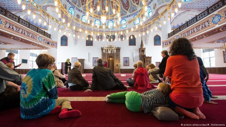يوم المسجد المفتوح في ألمانيا. الجامع المركزي في دوسبورغ. (Foto: Monika Skolimowska/dpa)