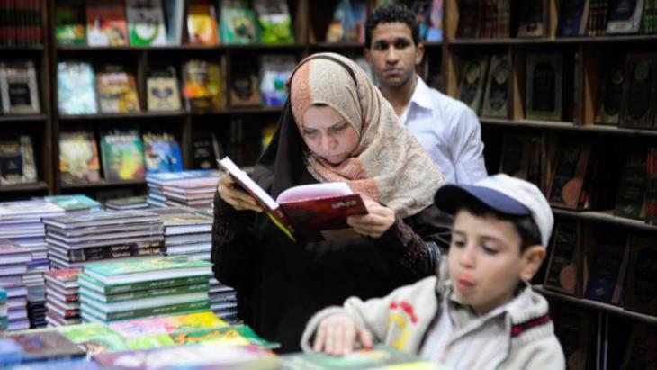 مصرية تقرأ كتاباً في القاهرة imago