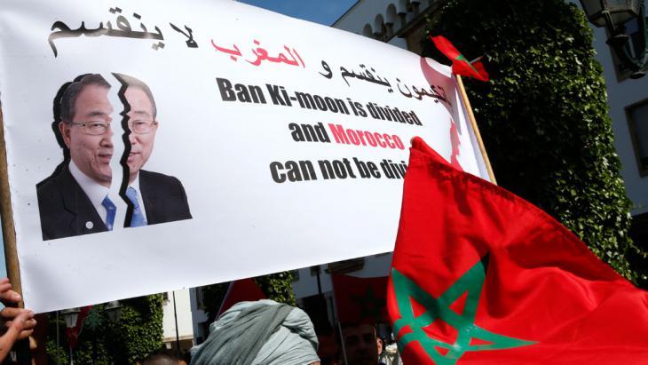 """احتجاجات في المغرب على تصريح للأمين العام للأمم المتَّحدة، بان كي مون، وصف فيه الصحراء الغربية بأنَّها منطقة """"مُحْتَلة"""". (photo: picutre-alliance/AP/A. Bounhar)"""