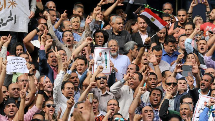 صحفيون مصريون في مظاهرة احتجاجية على اعتقال اثنين من من زملائهم 04 / 05 / 2016. Reuters