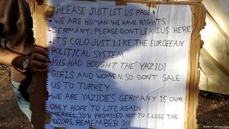 لاجئون يناشدون السماح لهم بالذهاب إلى أوروبا. DW