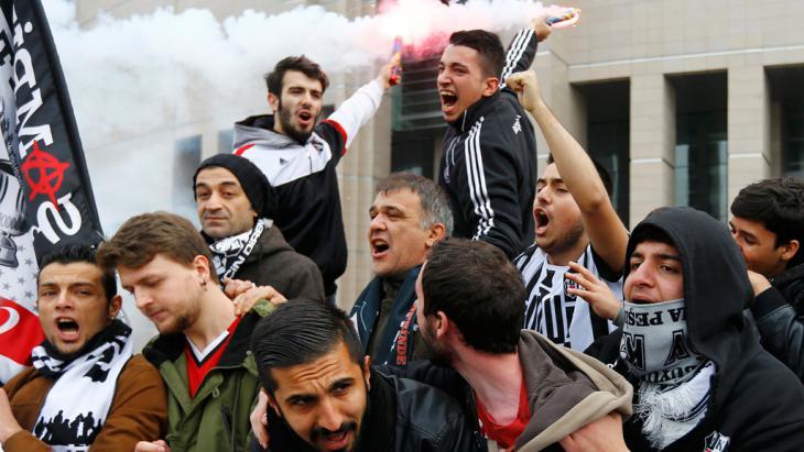 مشجعو بشيكطاش يتظاهرون أمام محكمة اسطنبول ضد قضية ذات دوافع سياسية بحق 35 من مشجعي بشيكطاش. 16 / 12 / 2014. Foto: Reuters