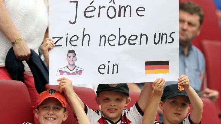 يافطة تضامن مع بواتينغ خلال مباراة ودية بين ألمانيا وسلوفاكيا. Foto: picture-alliance/dpa/C. Charisius