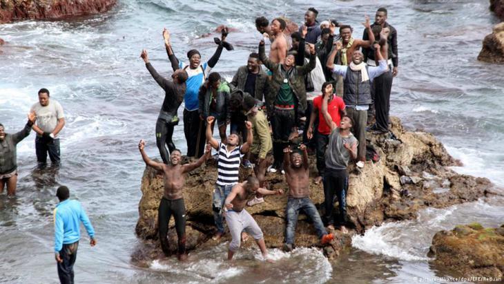 بموجب الاتفاق الذي أبرم في مارس آذار بهدف الحد من المد البشري الذي جلب نحو مليون لاجئ ومهاجر إلى أوروبا في 2015 وافقت تركيا على التصدي للهجرة غير المشروعة عبر أراضيها مقابل مكافآت مالية وسياسية
