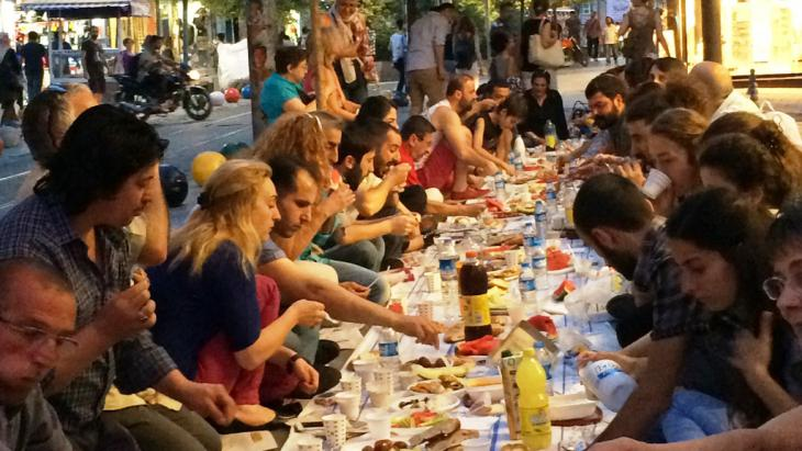شباب يتناولون إفطار رمضان بعد الصيام في اسطنبول - تركيا. Foto: Kürşat Akyol