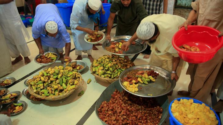 مسلمون في وقت إفطار رمضان بعد الصيام - بنغلادش.  Foto: DW/Mustafiz Mamun