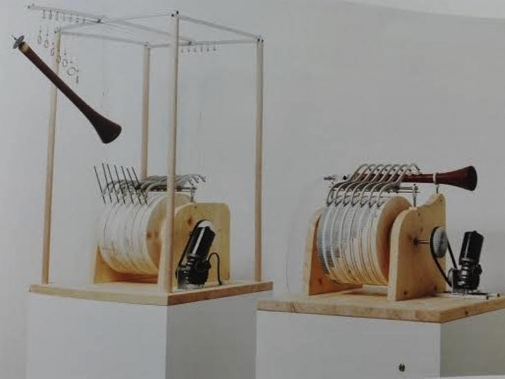 وأعاد زيغفريد تسيلينسكي وفريق عمله تركيب هذه الآلة الموسيقية الأوتوماتيكية وفقاً للخطط التي وضعها بنو موسى قبل اثني عشر قرناً تقريباً. Banu Musa Musik