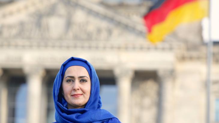 Die muslimische Lehrerin Fereshta Ludin im Regierungsviertel in Berlin; Foto: picture-alliance/dpa/D. Gerlach