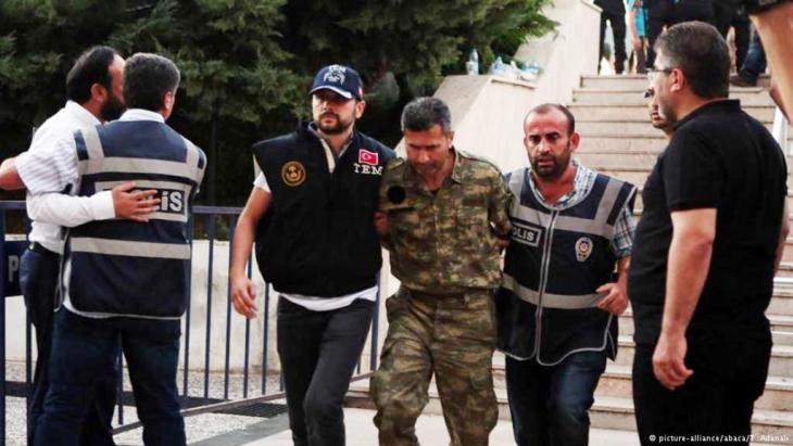 اعتقالات بالآلاف في تركيا بعد الانقلاب الفاشل. Foto: Picture Alliance