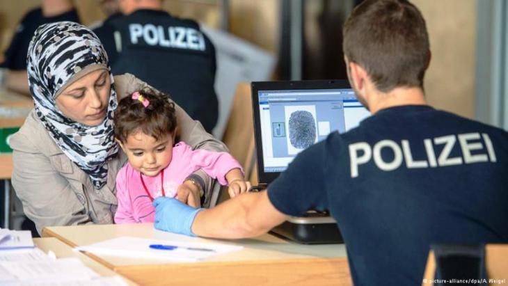 امرأة لاجئة تسجل نفسها عند الشرطة