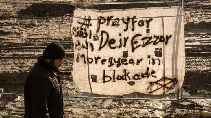 الصورة: حملة تضامُن في مخيم اللاجئين كاليه في فرنسا مع سكان دير الزور السورية في تاريخ 07 / 12 / 2015.  Foto: Getty/AFP/P. Huguen