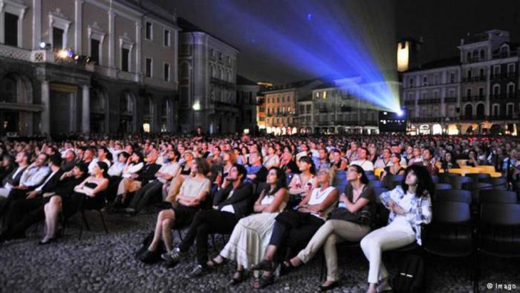 قمة فعاليات لوكارنو تتضمن أفلاما لا تشارك بالمسابقة إلا أنها تعرض مساء في الساحة الرئيسية للمدينة التي تتسع لأكثر من 3000 متفرج.