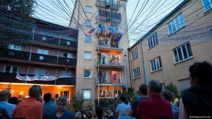 فندق كوزموبوليس...مأوى للاجئين في مدينة أوغسبورغ الألمانية. Das Grandhotel Cosmopolis für Flüchtlinge in Augsburg