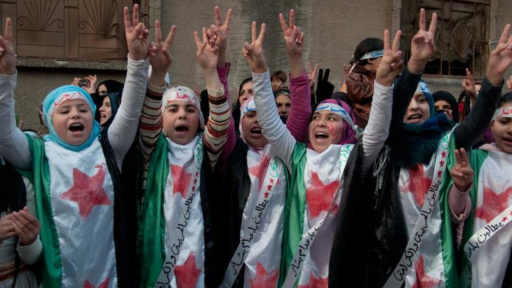 مظاهرة ضد نظام الأسد في إحدى ضواحي حمص 27.12.2011. Foto: AP
