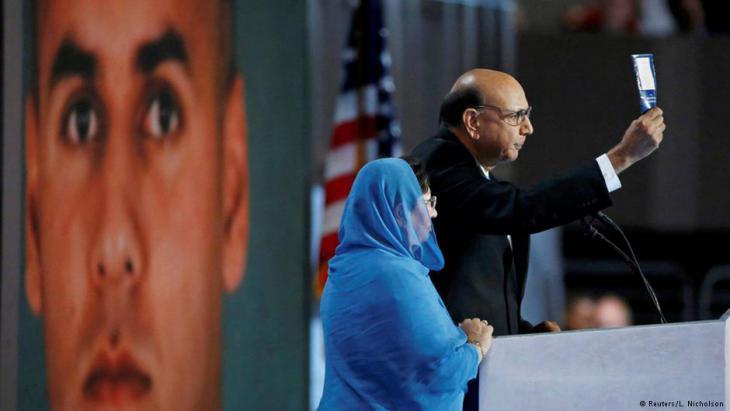 غزالة خان  وهي تقف بجانب زوجها خلال مؤتمر الحزب الديمقراطي في فيلادلفيا.