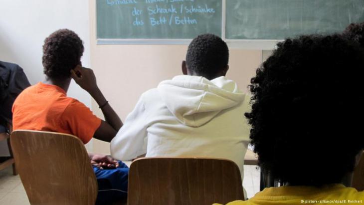 لاجئون قاصرون يتعلمون الألمانية - بداية الطريق نحو الدراسة أو الحياة المهنية