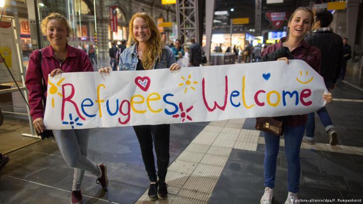 """""""أهلاً باللاجئين""""...جواب واضح وصريح ضد """"اِرحلوا أيها الأجانب"""". ثقافة الترحيب في ألمانيا في مواجهة ثقافة كراهية الآخر. Foto: dpa/picture-alliance"""
