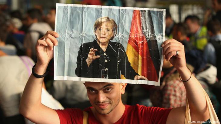 انعطافة ميركلية انسانية: الجدل الشعبي المبالغ فيه حول تأثير اللاجئين على الهوية الألمانية ترافق مع خطاب شعبوي تعبوي أراد معاقبة ميركل على سياستها الإنسانية التي أنقذت مئات الآلاف من اللاجئين السوريين.