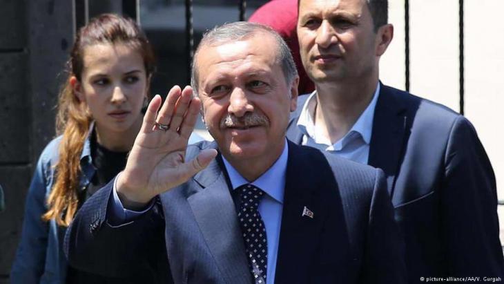 نجاح الانقلاب سيفرض على تركيا التخلي عن مصالحها بعد أن خطت سياسة مستقلة تجاه الغرب وأوروبا نتجت عن مأزق سابق لبروز أردوغان والعدالة والتنمية