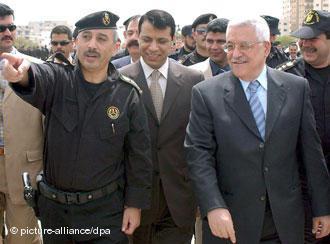 محمود عباس ومحمد دخلان في غزة بتاريخ 07 / 04 / 2004.  Foto: picture-alliance/dpa