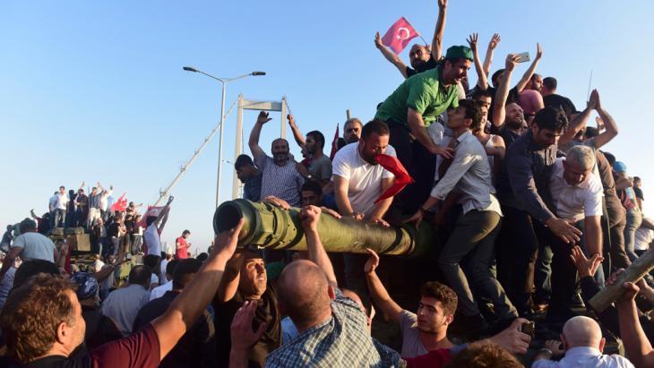 مواطنون على دبابة في اسطنبول إبان محاولة الانقلاب الفاشلة في تركيا 2016. Foto: Reuters/Y. Karahan