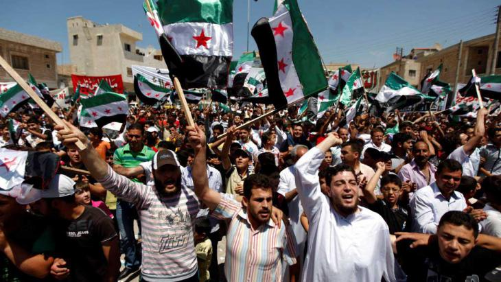 سوريون خلال احتجاج ضد الأسد في إدلب السورية. Foto: AP