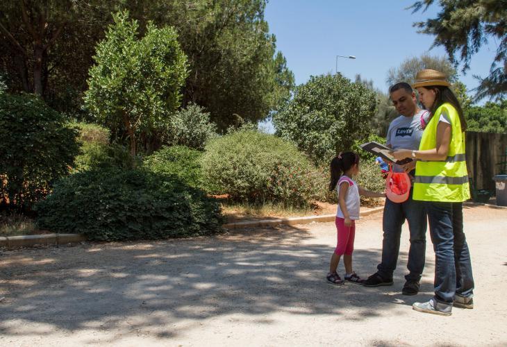 جوانا حمور، التي تبلغ من العمر 34 عاماً، مع  بعض زوار حرش بيروت. (photo: Changiz M. Varzi)