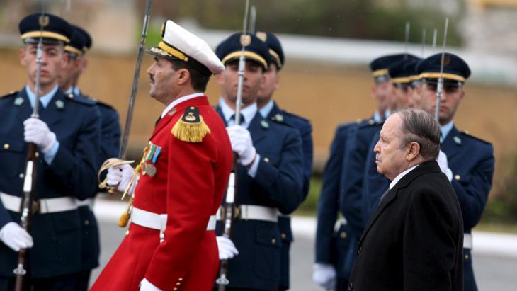 الرئيس الجزائري عبد العزيز بوتفليقة خلال استعراضه جنوده. Foto: picture-alliance/dpa