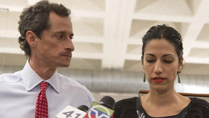 Anthony Weiner und Huma Abedin während einer Pressekonferenz in New York; Foto: picture alliance/dpa/EPA/A. Kelly