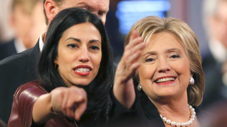 هوما محمود عابدين في اليسار على الصورة وَ هيلاري كلينتون في اليمين على الصورة. Foto: Reuters