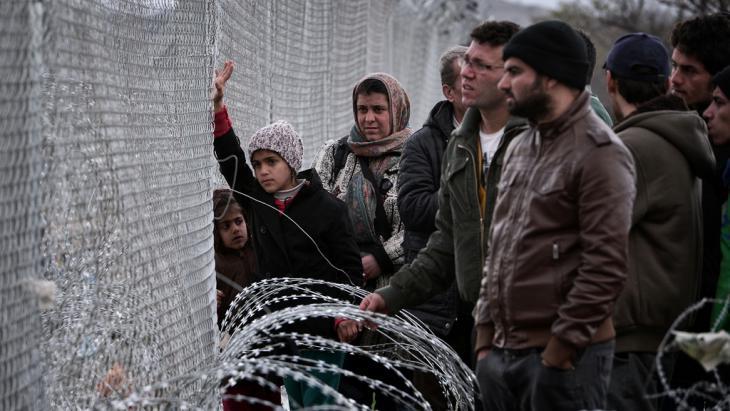 لاجئ عالق في إيدوميني على حدود مقدونيا واليونان. Foto: Getty Images/AFP/L. Gouliamaki
