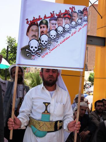 """رجل يمني في احتجاج على الحكم """"العائلي"""" للرئيس السابق علي عبد الله صالح.  حقوق الصورة: DW"""